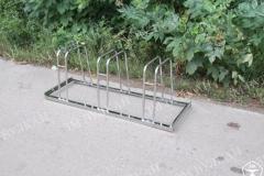 Велопарковка из нержавеющей стали рассчитана на 3 парковочных места, способ крепления – за колесо велосипеда.