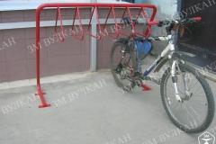 Крепления для велосипеда бывают для колеса, руля или для рамы. Данная модель велопарковки предполагает второй и третий вариант, как закрепится. Важно учесть, что максимальное количество парковочных мест велосипеда может быть использовано в том случае, когда они будут ставиться с двух сторон.