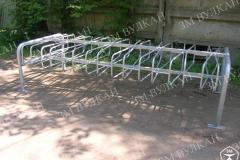 Популярная для заказа модель велопарковки рассчитана на 16 парковочных мест с их двусторонним размещением.