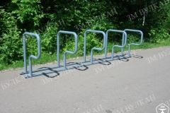 5 вертикальных стоек для размещения велосипеда в данном исполнении установлены на единое основание, количество мест можно убавить или добавить, поменять цвет или вовсе изготовить из нержавеющей стали.