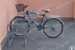 Иногда при парковке велосипеда недостаточно закрепитьего лишь за колесо. В этом случае оптимально использовать модель велопарковки вот с такими местами крепления за колесо и за раму.