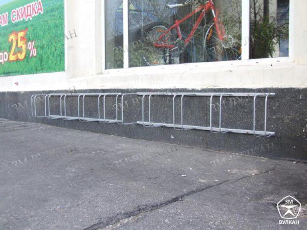 Велопарковка на стене магазина