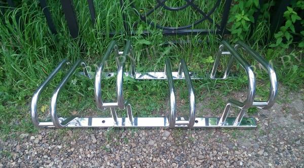 Велопарковка из нержавеющей стали с разными уровнями высоты.