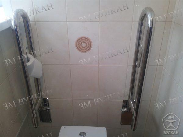 поручни настенные откидные в туалете с бумагодержателем